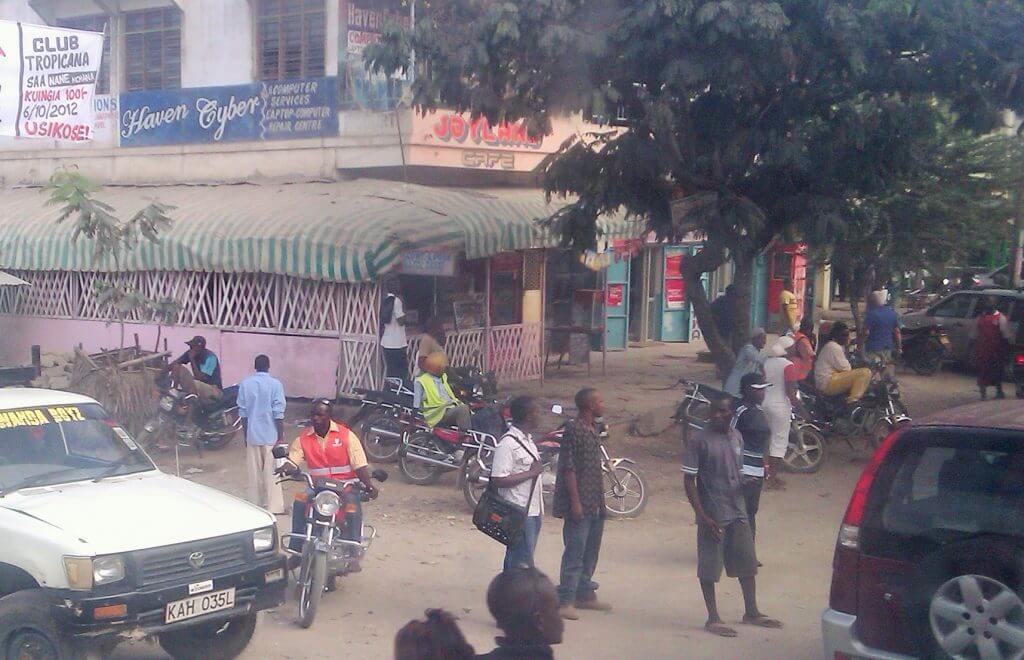 Hombres en las esquinas, pueblos de Kenia, África, 2012