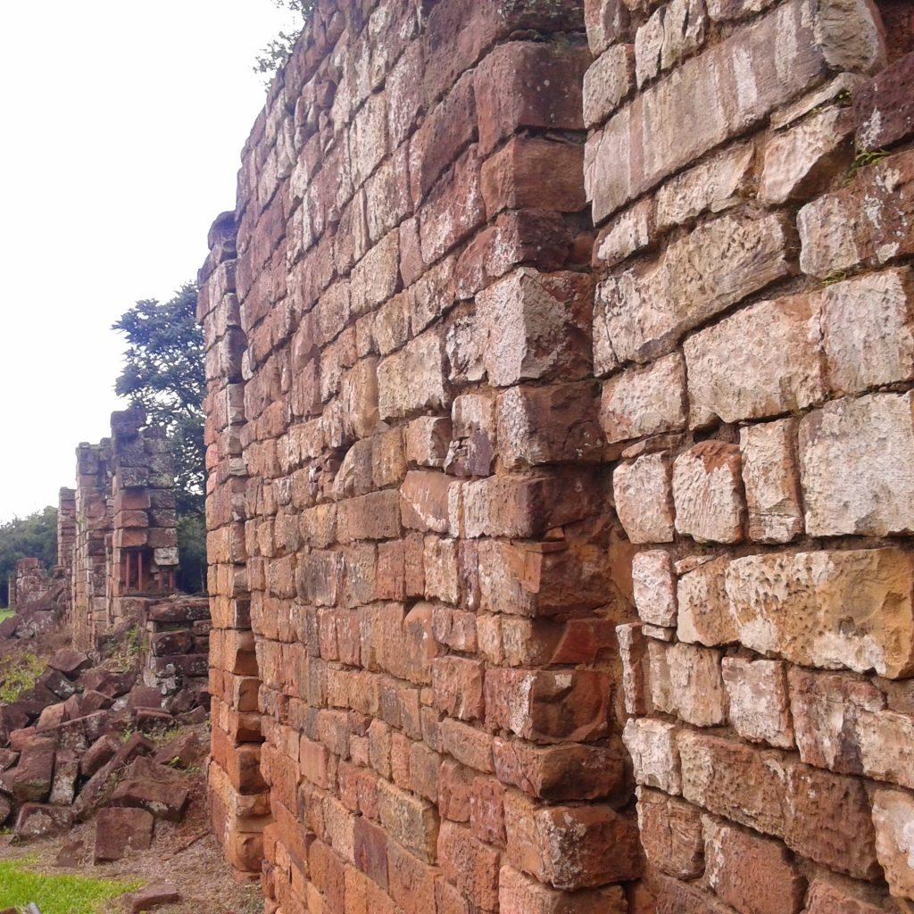 Detalle de las ruinas de San Ignacio del Mini en Misiones Argentina | rominitaviajera.com