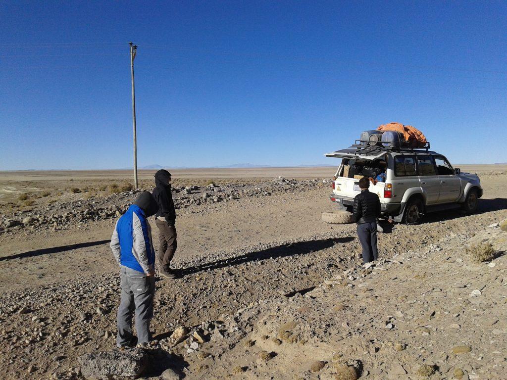 Con la rueda pinchada en el medio del desierto, Salar del Uyuni, Bolivia, 2014 | rominitaviajera.com
