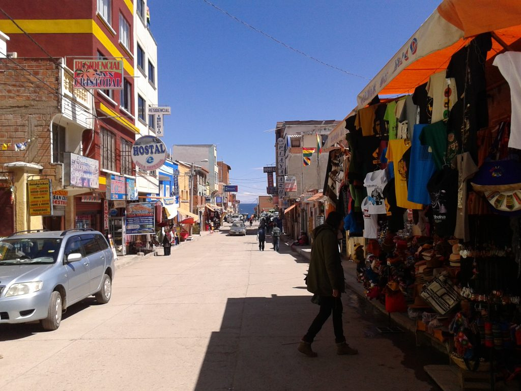 Calle comercial, Copacabana, Bolivia, 2014 | rominitaviajera.com