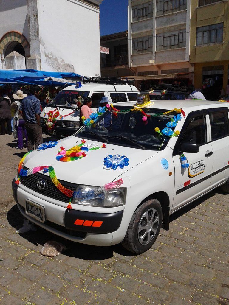 Coche decorado en homenaje a la patrona de Copacabana, Bolivia, agosto 2014 | rominitaviajera.com