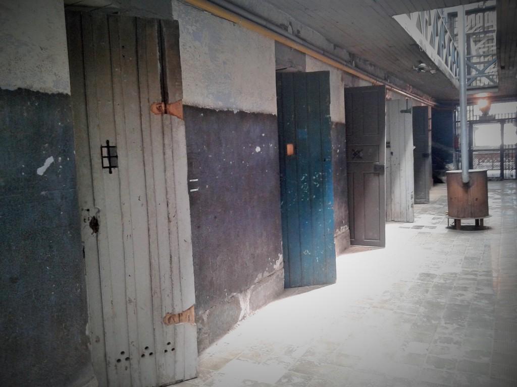 Pabellón en ruinas del Penal de Ushuaia, Tierra del Fuego, Argentina, noviembre 2014 - viajarcaminando.org