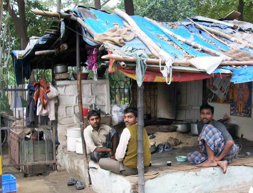 Hombres comiendo bajo un toldo, Delhi, India, 2014