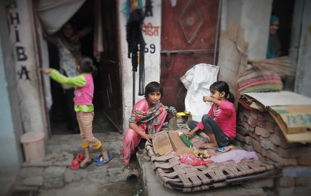 Niñas jugando en un barrio de Nueva Delhi, India, 2014