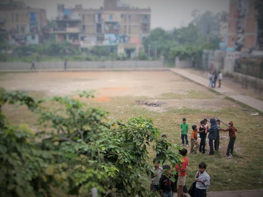 Niños jugando en un barrio de Nueva Delhi, India, 2014