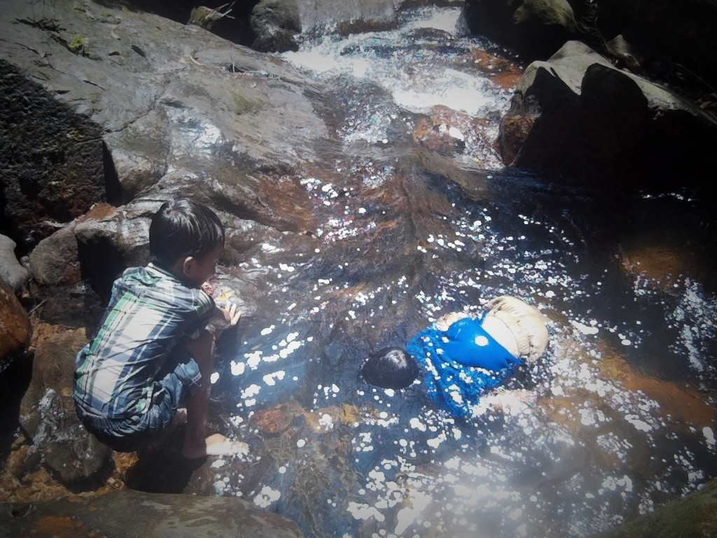 Niños camboyanos jugando en la cascada, Ko Rong, Camboya, viaje 2015
