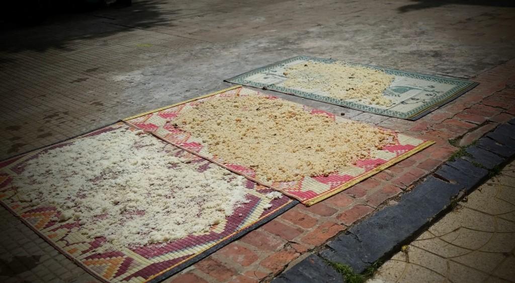 Arroz sobre alfombras como ofrenda a los antepasados, Pchum Ben's day, Phnom Penh, Camboya, Octubre 2015