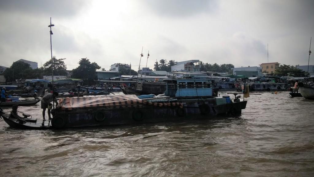 Barco mediano donde puede vivir una familia, Mercado de Cai Rang, Mekong River, Vietnam, 2015