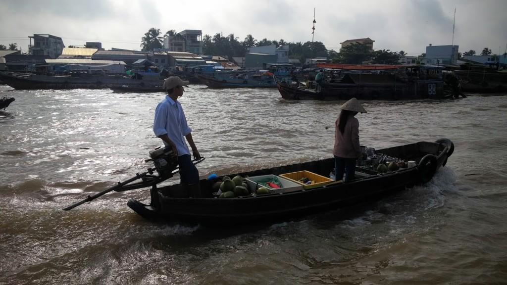 Barco pequeño en el mercado de Cai Rong, Mekong River, Vietnam, 2015