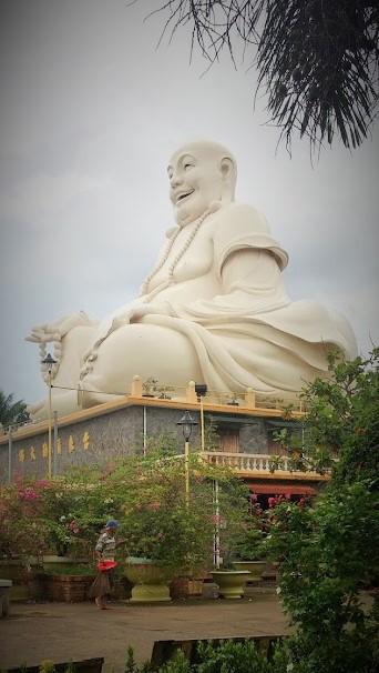 Buda gordo blanco de la pagoda Chua Vinh Trang, Sur, Vietnam, viaje 2015