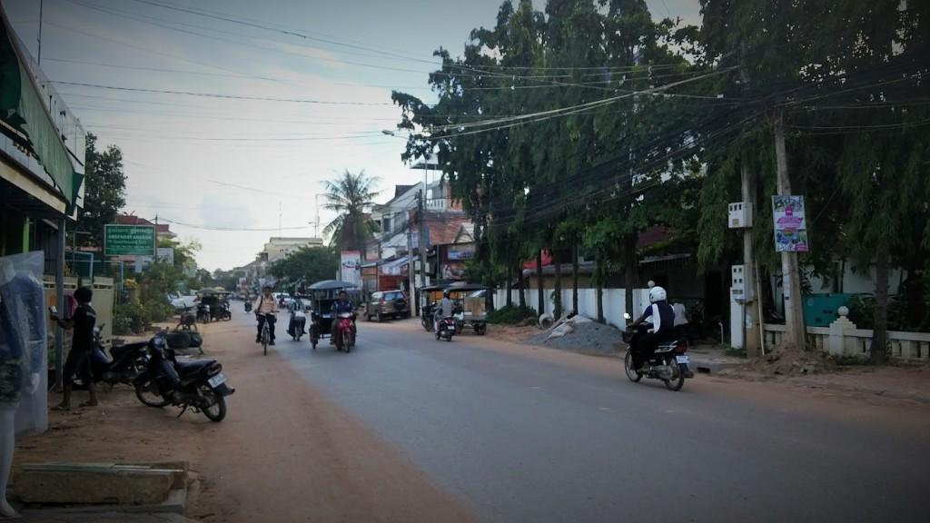 Calle asfaltada, Siem Reap, Camboya, Octubre 2015