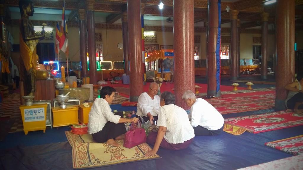 Celebrando con ofrendas el Pchum Ben's day en Pagoda Botumvatey, Phnom Penh, Camboya