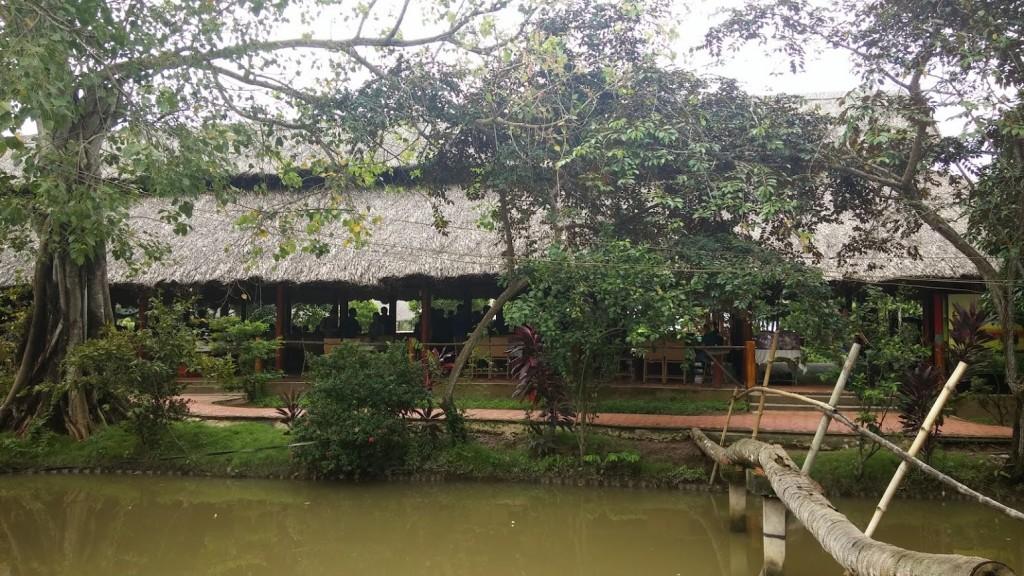 Comiendo en Phoenix Island, Mekong Delta, Vietnam, 2015