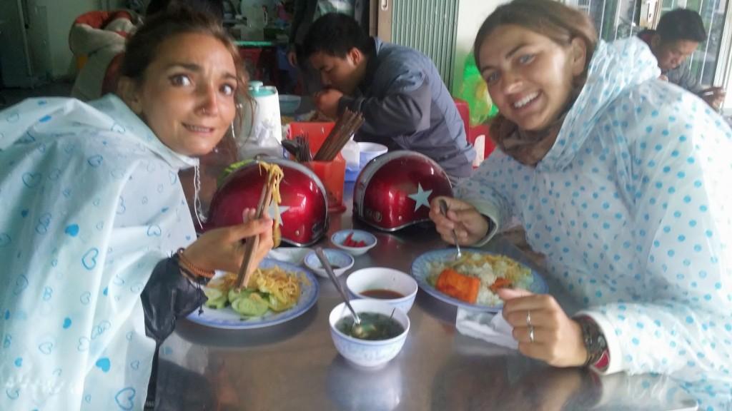 Comiendo en un local vietnamita, Dalat, Vietnam, 2015