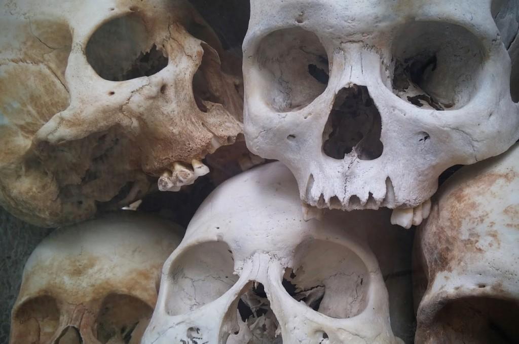 Cráneos adultos en The Killing Fields, Choeung Ek, Phnom Penh, Camboya, Octubre 2015
