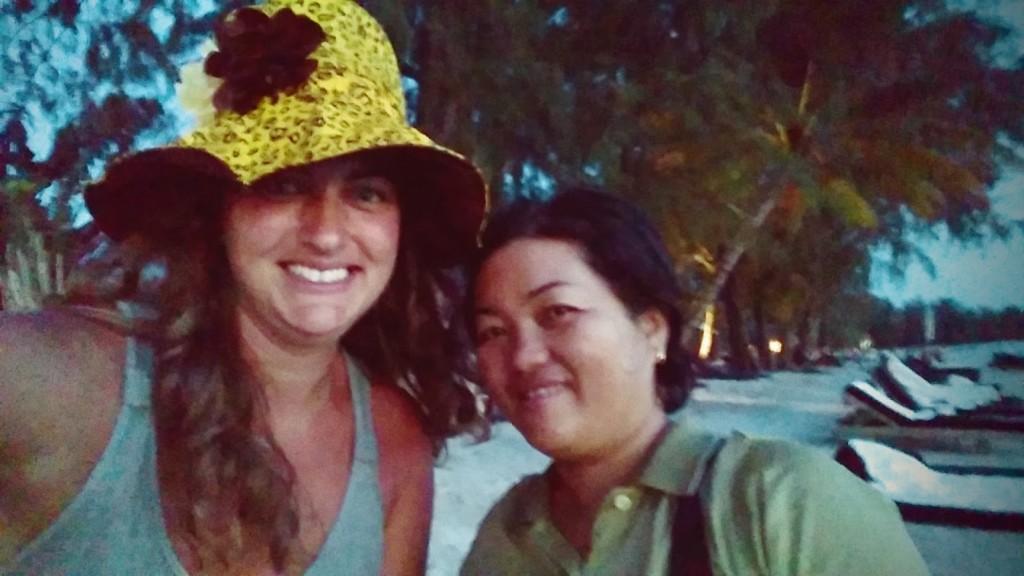 Foto con mujer camboyana, mamá de Hank, Odres Beach, Camboya, Octubre 2015