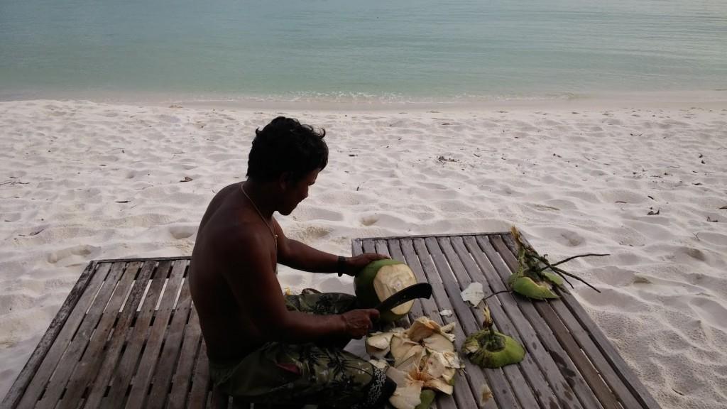 Hombre camboyano cortando coco para nosotras como regalo, Sok San, Ko Rong, Octubre 2015