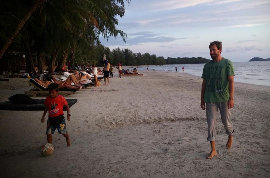 Jugando al fútbol con camboyanos y viajeros, Odres Beach, Camboya, Octubre 2015