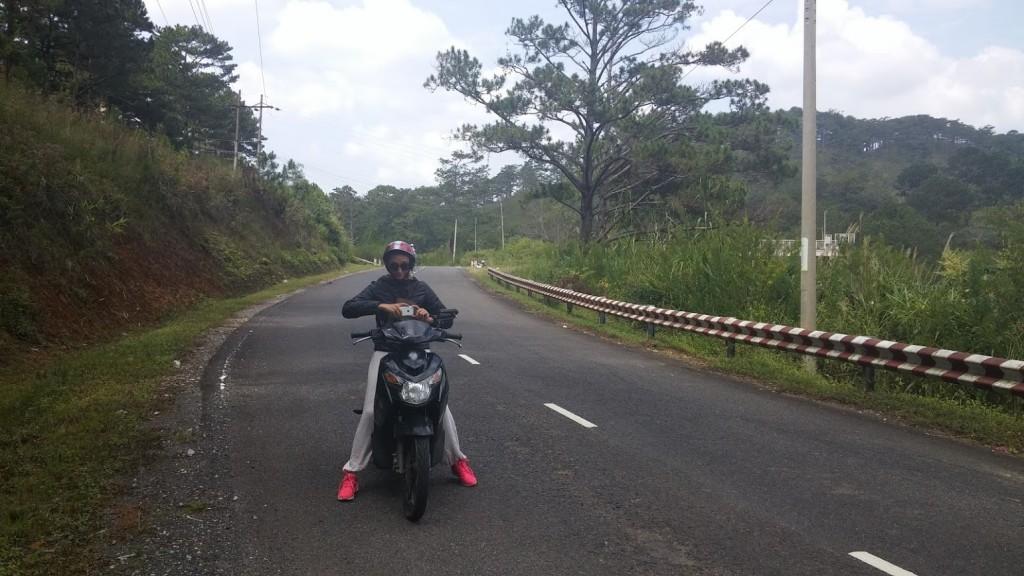 Lavinia en la moto alquilada, Dalat, Vietnam, 2015