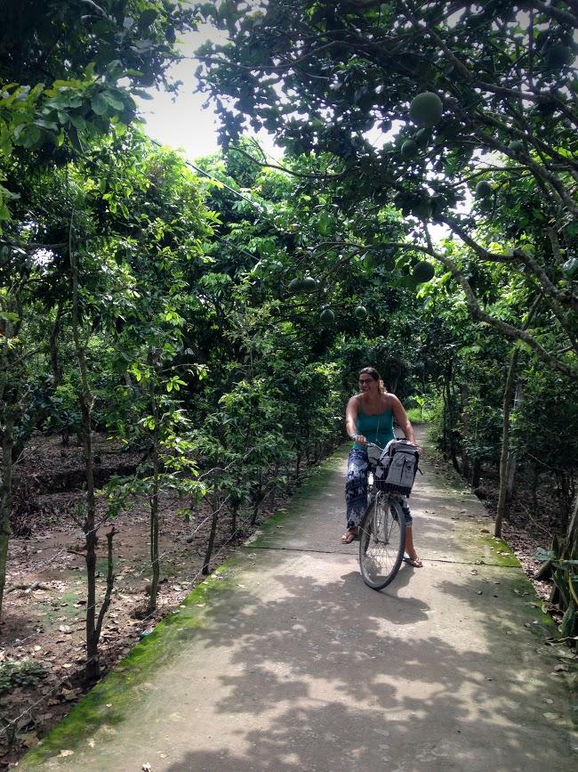 Montando en bicicleta, Phoenix Island, Mekong River, Vietnam, 2015
