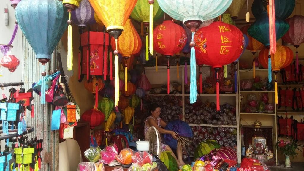 Mujer cociendo la tela de las lámparas, Hoi An, Vietnam