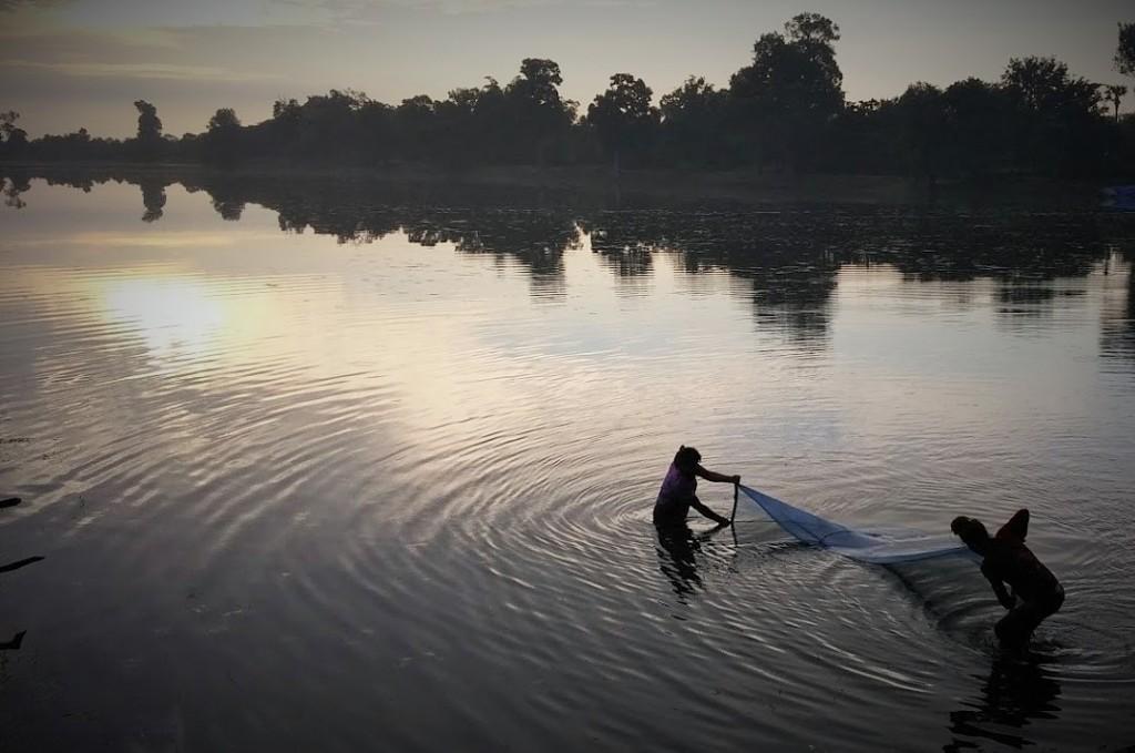 Mujeres pescando en Sranh Srang, Camboya, 2015