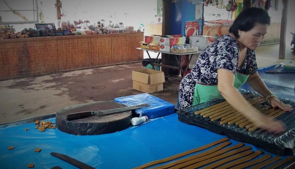 Producción de caramelos de coco, Coconut Island, Mekong River, Vietnam, 2015