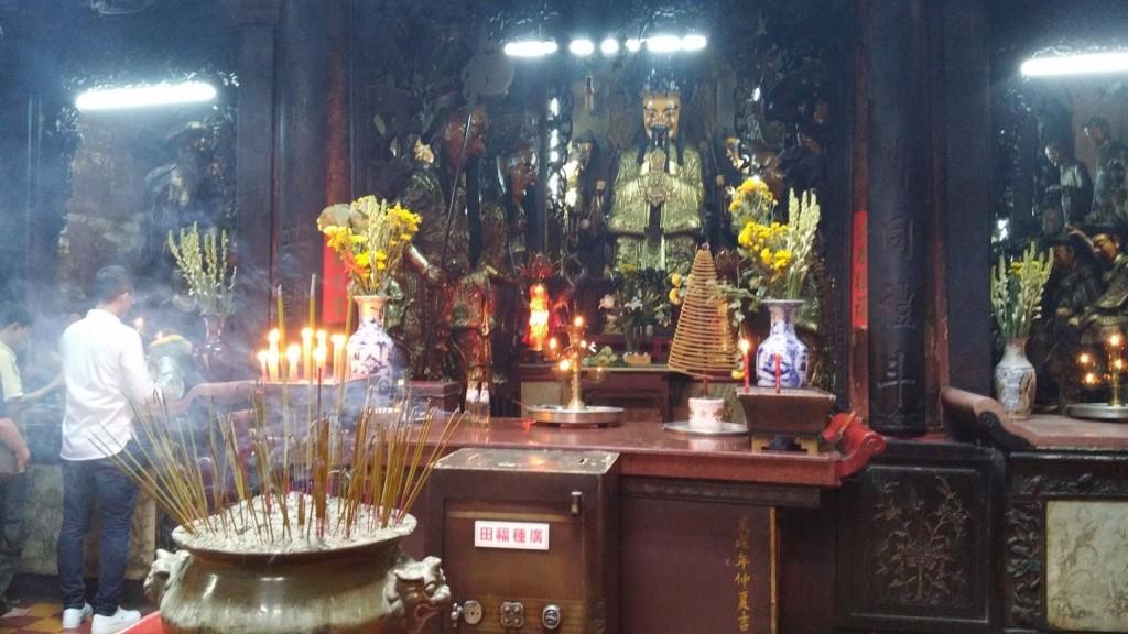 Vietnamitas con ofrendas, Pagoda del Emperador de Jade, Ho Chi Minh, Vietnam, viaje 2015