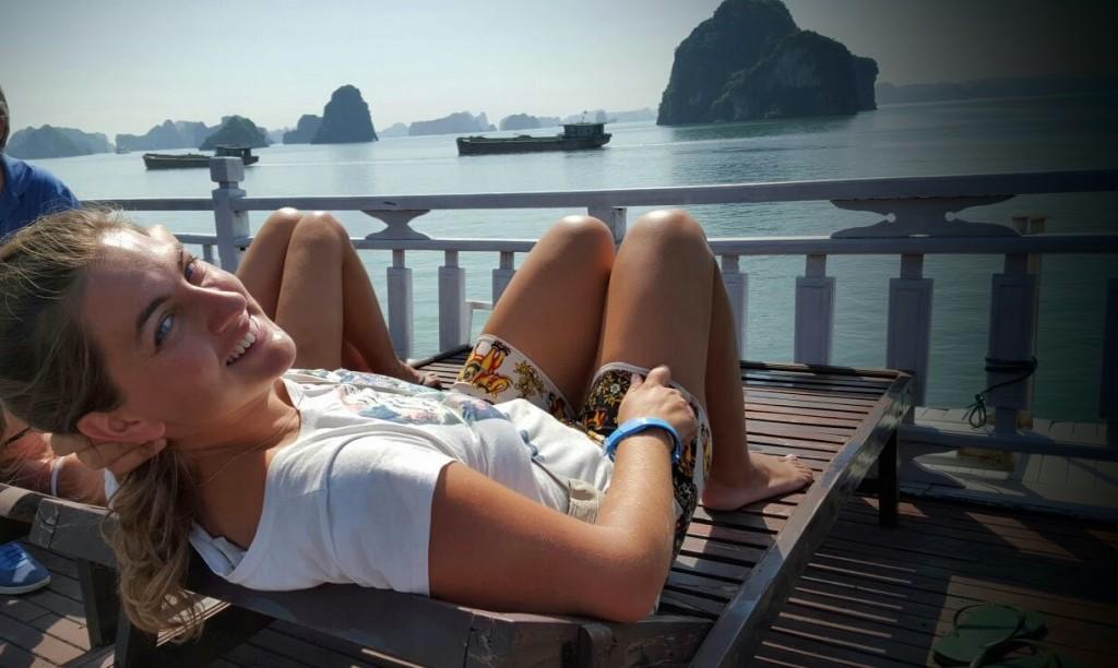 @rominitaviajera tomando el sol en Bahía de Halong, Vietnam 2015