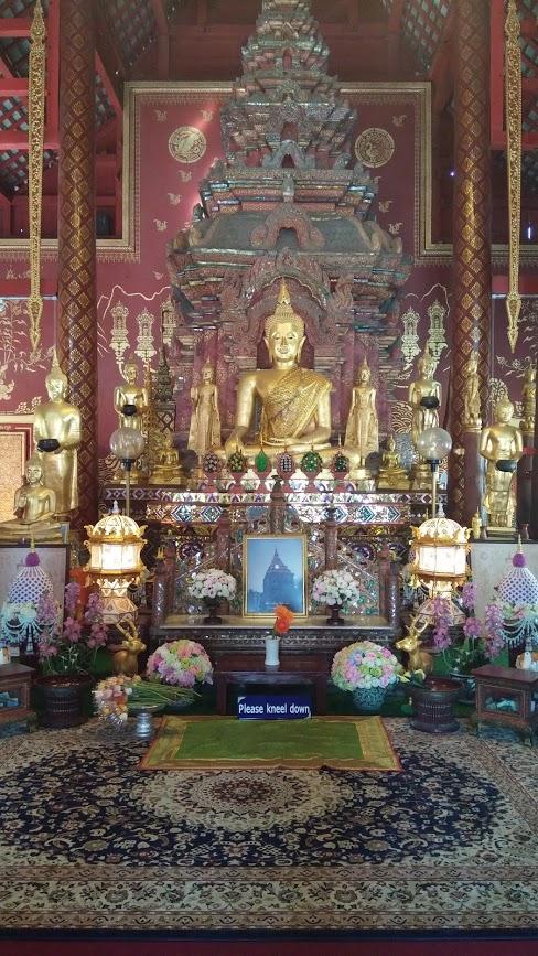 Altar de buda en un templo de Chiang Mai, Tailandia, 2015