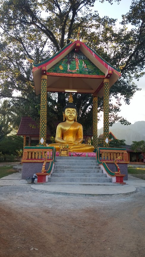Buda dorado en un templo, Vang Vieng, Laos, 2015