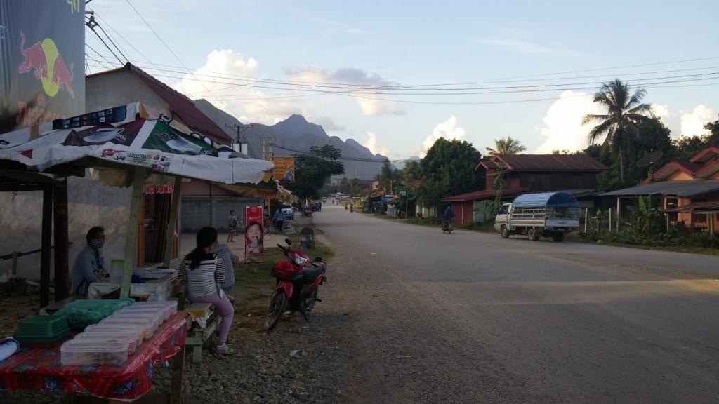 Carretera principal de la ciudad, Vang Vieng, Laos, 2015