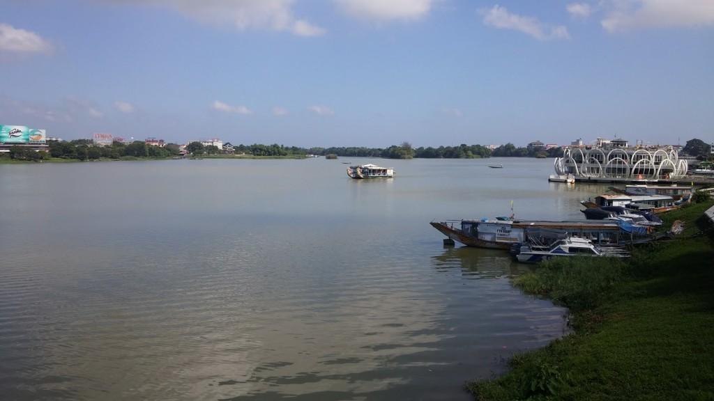 Cruzando el río, Hué, Vietnam, 2015