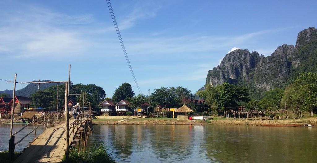 Cruzando el río por el puente de madera, Vang Vieng, Laos, 2015
