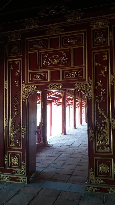 Detalles en dorado de edificio imperial, Hué, Vietnam, 2015
