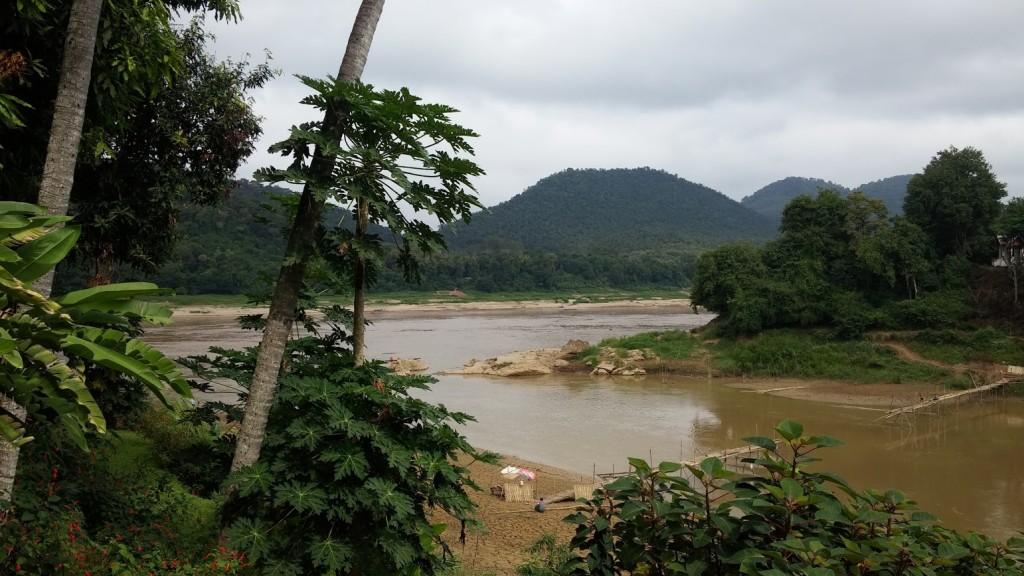 Ladera del río donde construyen el puente de bambú, Luang Prabang, Laos, 2015