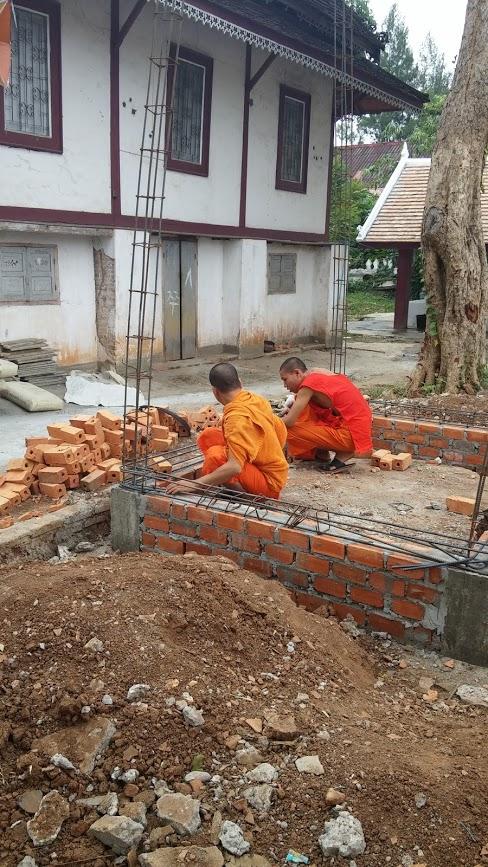 Monjes budistas trabajando, Luang Prabang, Laos, 2015