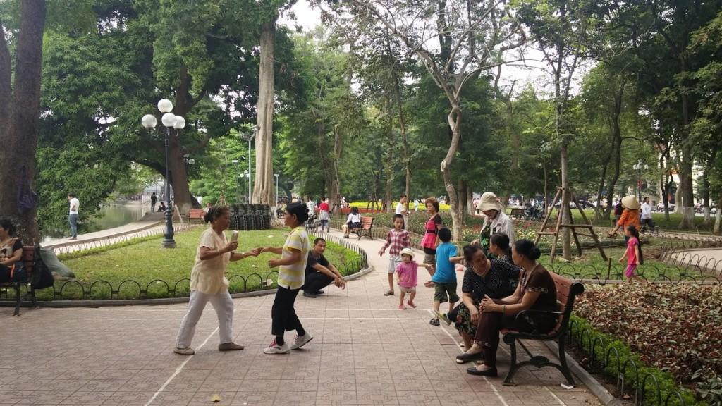 Mujer bailando el Chá chá chá, Hanoi, Vietnam, 2015