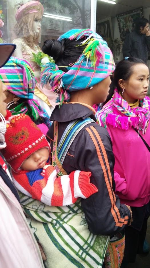 Mujer de etnia hamong con su bebé, Sapa Town, Vietnam, 2015