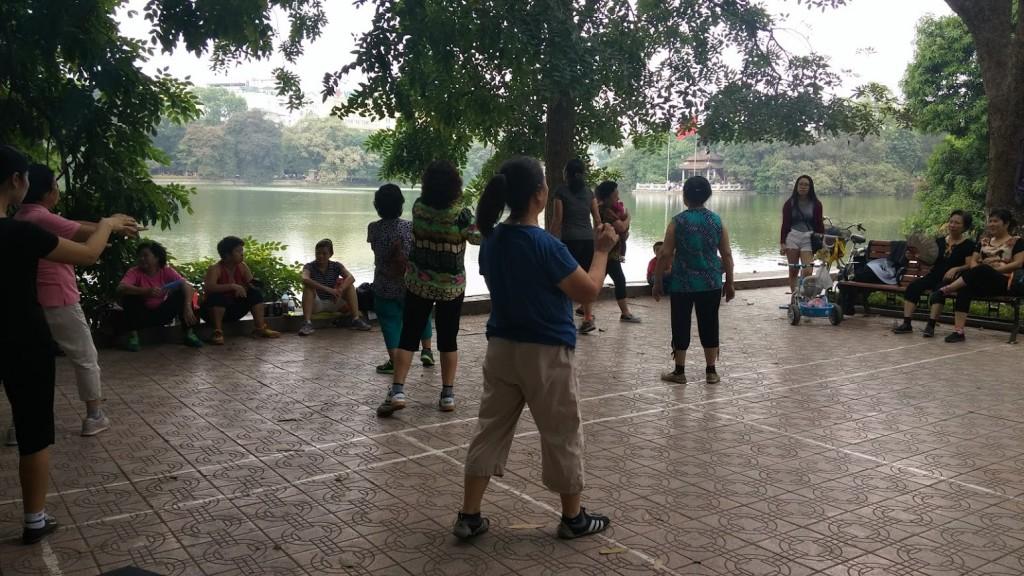 Mujeres vietnamitas bailando en el Lago Hoan Kiem, Hanoi, Vietnam, 2015