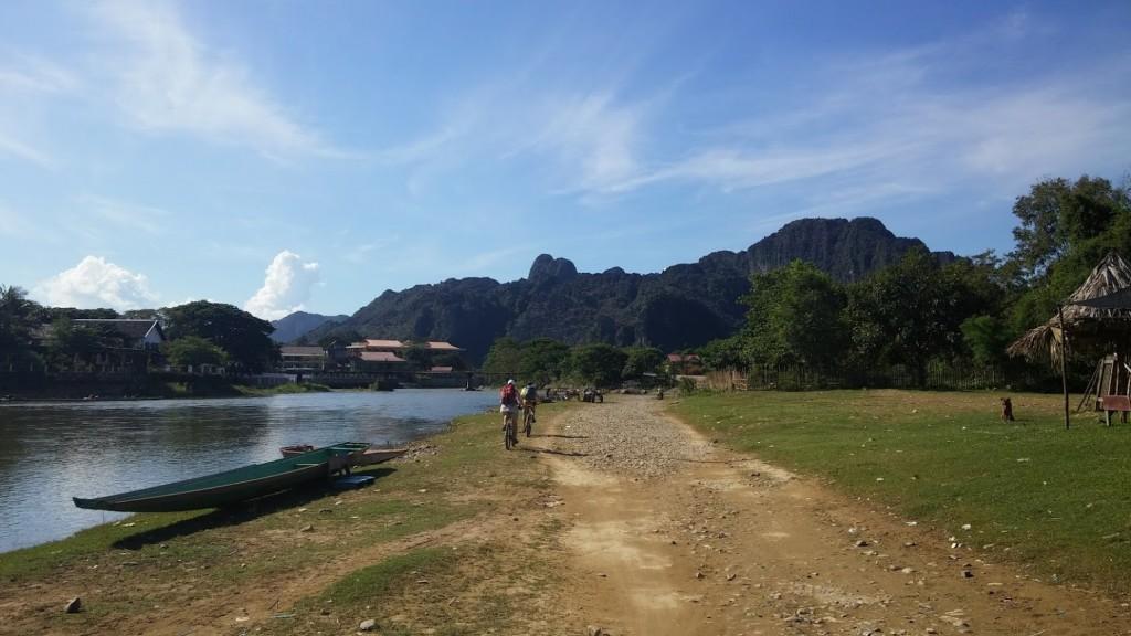 Paseando junto al río, Vang Vieng, Laos, 2015