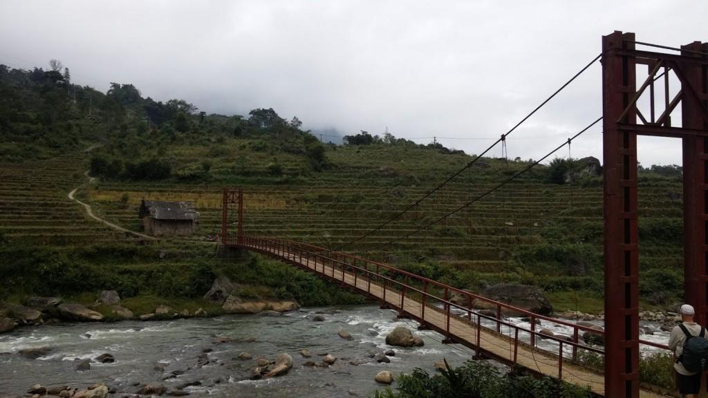Puente que cruza el río en los alrededores de Sapa, Vietnam, 2015