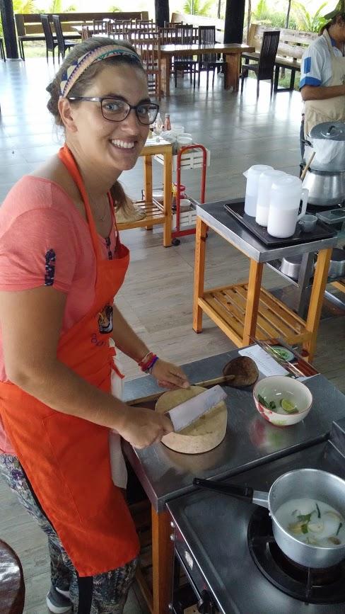 Rominita cocinando comida tailandesa, Chiang Mai, Tailandia, 2015