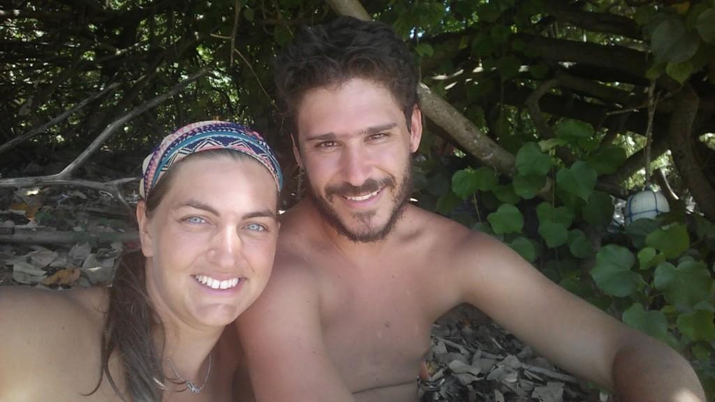 @rominitaviajera y David refugiados a la sombra, Ba Kan Tieng Bay, Ko Lanta, Tailandia