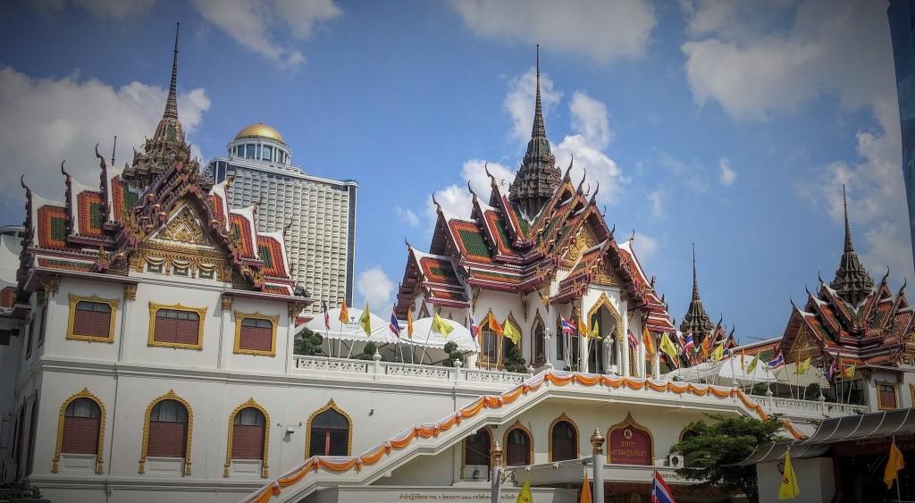 Templo de Bangkok cerca del río Chao Phraya, Bangkok, Tailandia, 2015