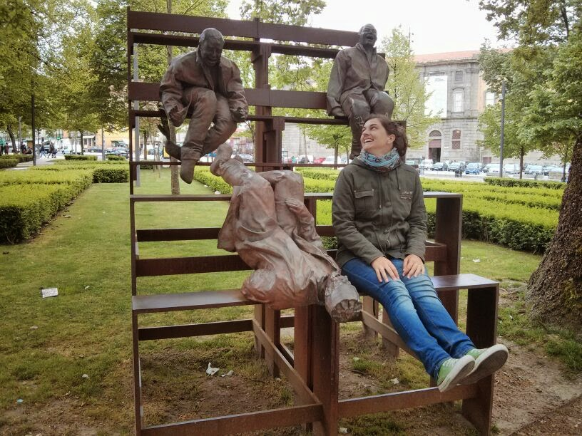 @rominitaviajera riendo en una plaza de Oporto, Portugal, 2014