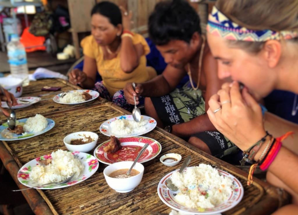 Comiendo con una familia local en Ko Rong Camboya, Octubre 2015 | Quiero viajar pero no tengo dinero | rominitaviajera.com
