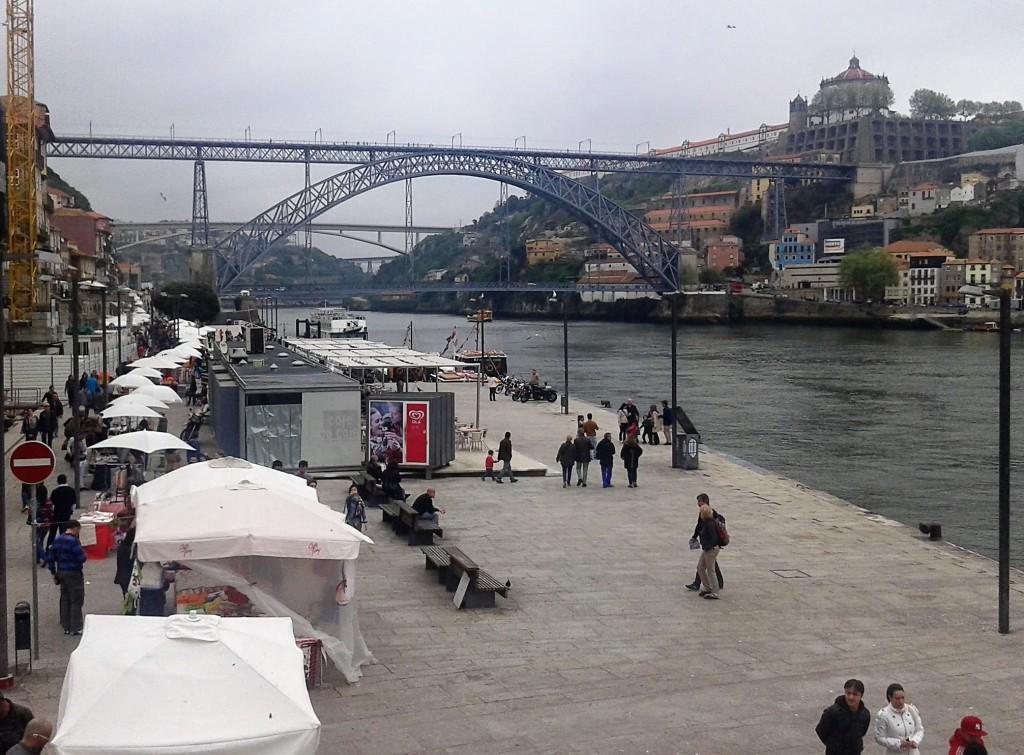 Mercadillo a la orilla del río, Oporto, Portugal, 2014