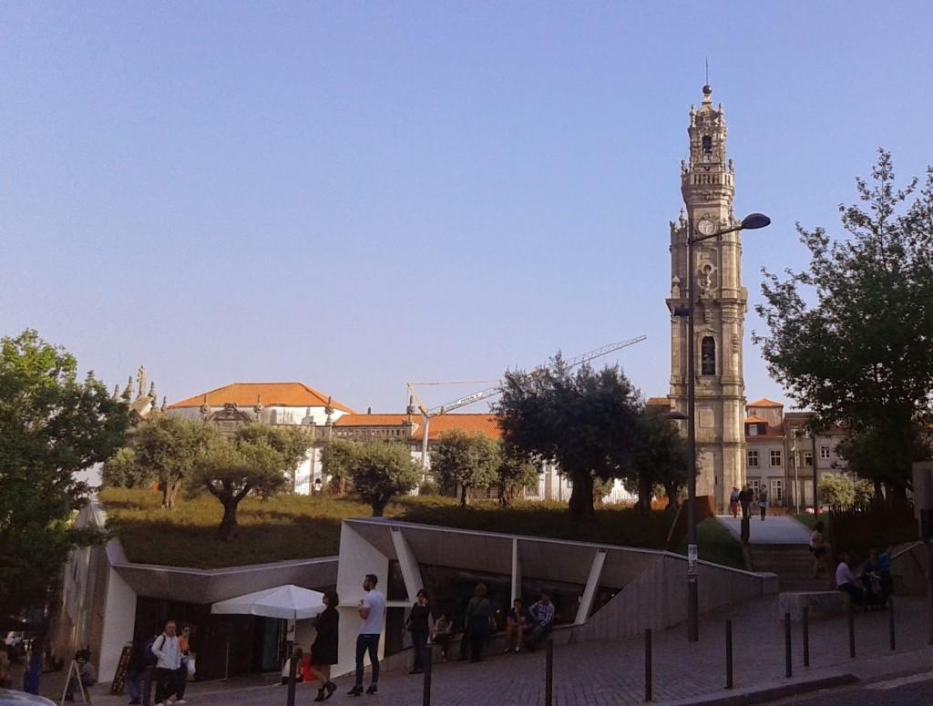 Plaza Lisboa con sus árboles en el techo y la Torre de los Clérigos detrás, Oporto, Portugal, 2014