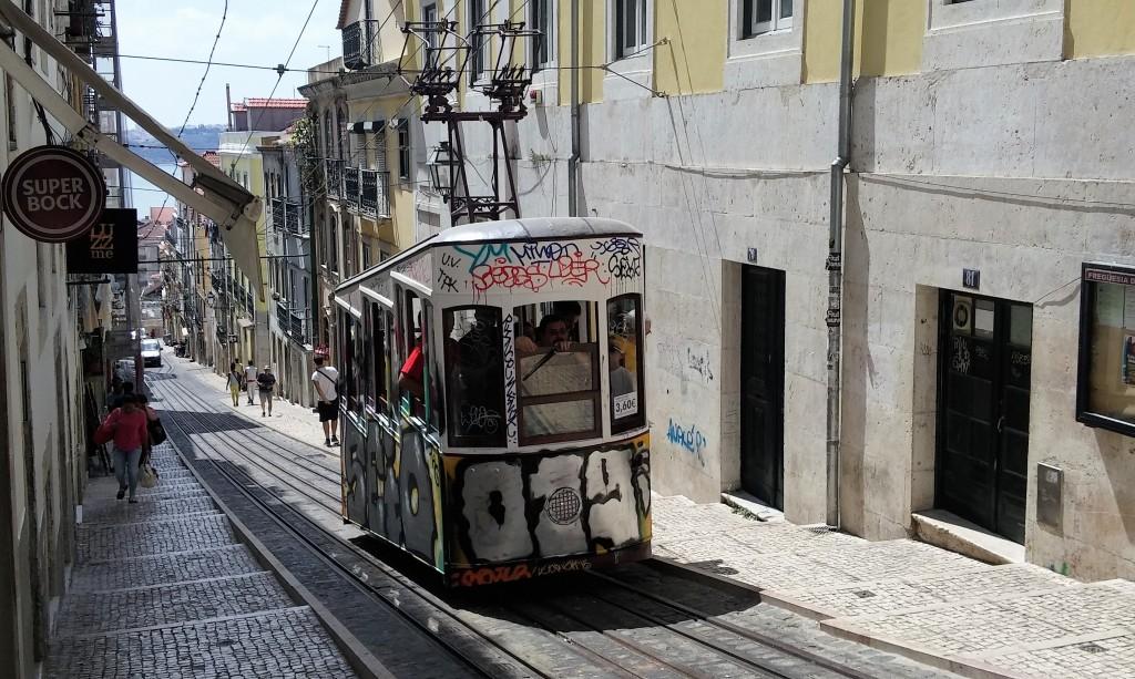 Tranvía moderno amarillo graffiteado, Lisboa, Portugal, 2015